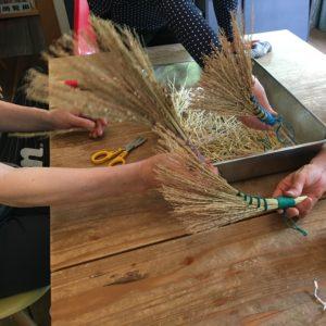 Vol.  1104  環境楽習館のクラフトワーク「稲わらで作る卓上ほうき」に参加しました!
